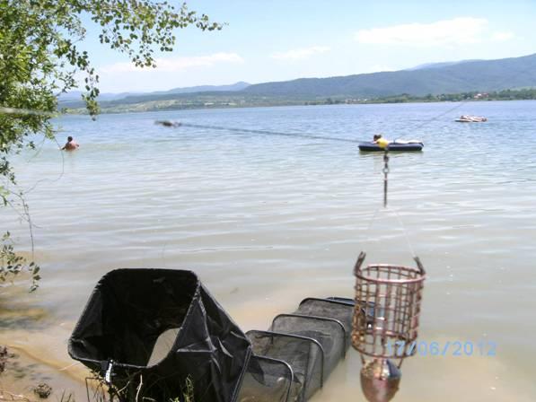 In perioada de vara lacul este luat cu asalt de cei care vin la balacit, dar asta nu ne impiedica sa avem si cate o partida cu activitate